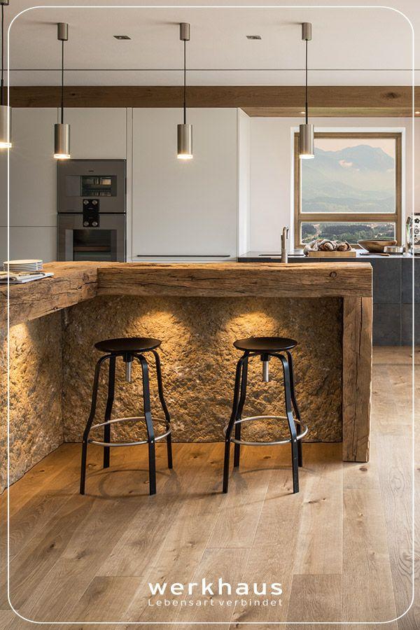 werkhausküche mit Theke aus Steinkruste, Altholz und Muschelkalk