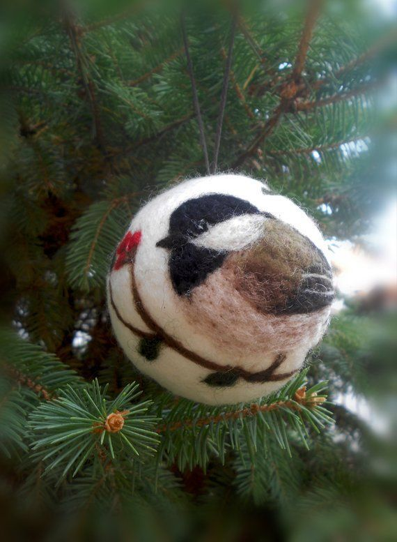 Christmas ball with bird motif, Needle felted Christmas ornament, Christmas baubles, Chickadee ornament - #ball #baubles #Bird #Chickadee #Christmas #Felted #motif #Needle #Ornament #feltchristmasornaments