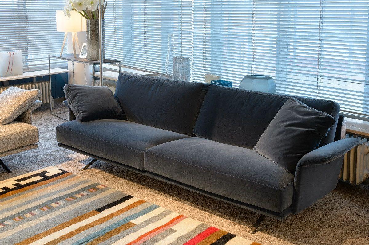 Sofa Nilson Von Verzelloni Wirkt Mit Dem Bezug In Velours Kobaltblau Und Der Niedrigen Rückenlehne Loungig Und Edel Couch Gemütliches Sofa Haus Deko Sofa