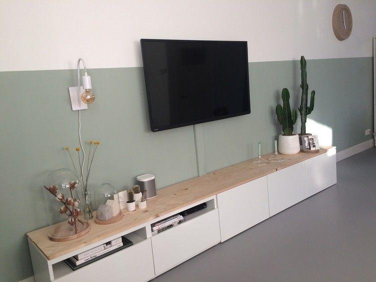 Besta tv meubel van ikea met eiken planken erop en ruimte for Tv meubel kleine ruimte