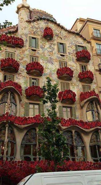 Casa Batlló De Barcelona Antoni Gaudí Adornada Con Rosas Por San Jordi Gaudi Diada Sant Jordi Feliç Sant Jordi