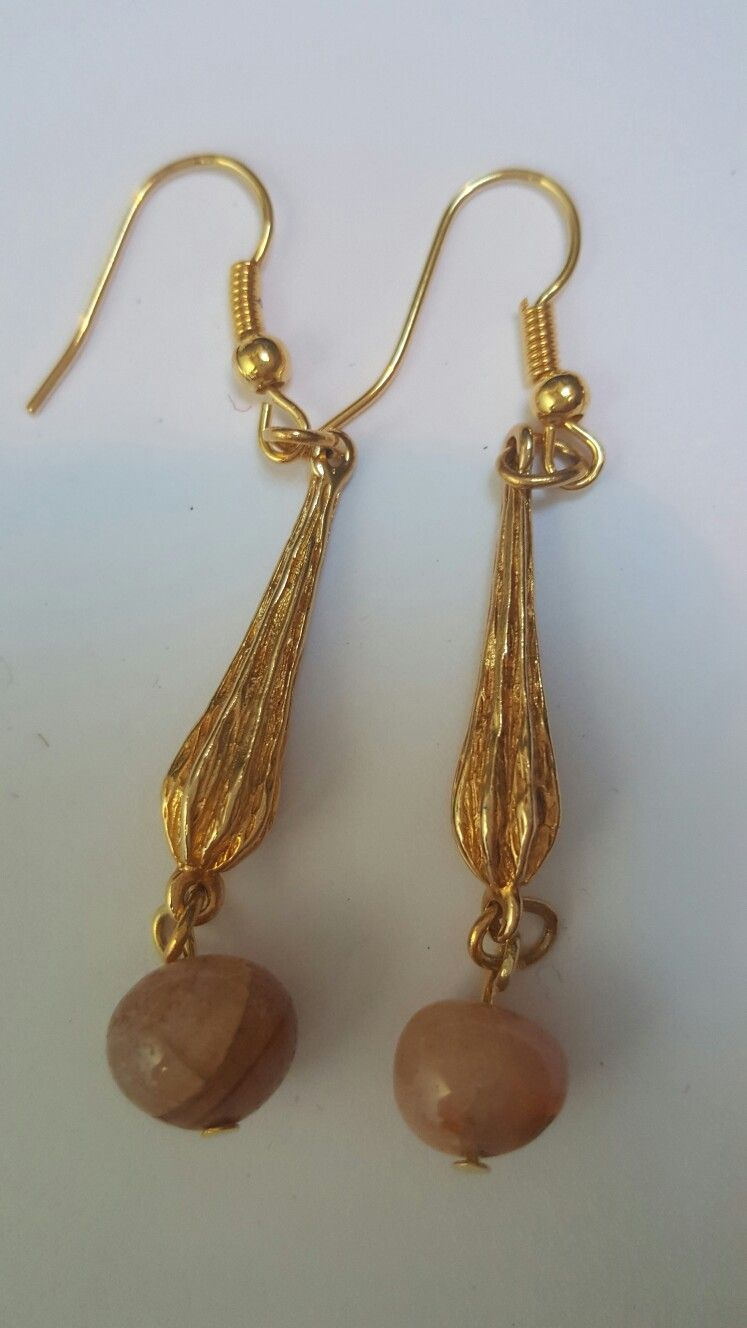 Handmade earrings from vintage bits and pieces jewels. www.vintuwels.nl