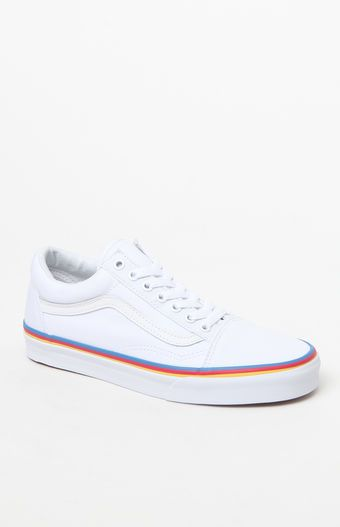 Classic skater style takes shape in the Women's Old Skool Rainbow Foxing  Sneakers. These tried