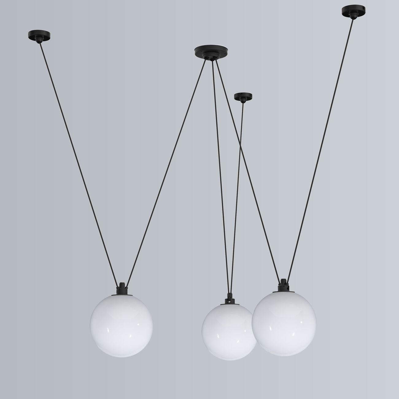 Kugellampen-Gruppe mit flexiblem Trapez-Pendel Acrobates N° 325 von Lampe Gras: Pendelleuchten-Gruppe mit drei 25 cm Glaskugeln: Grafischer Charme, schönes Raumlicht
