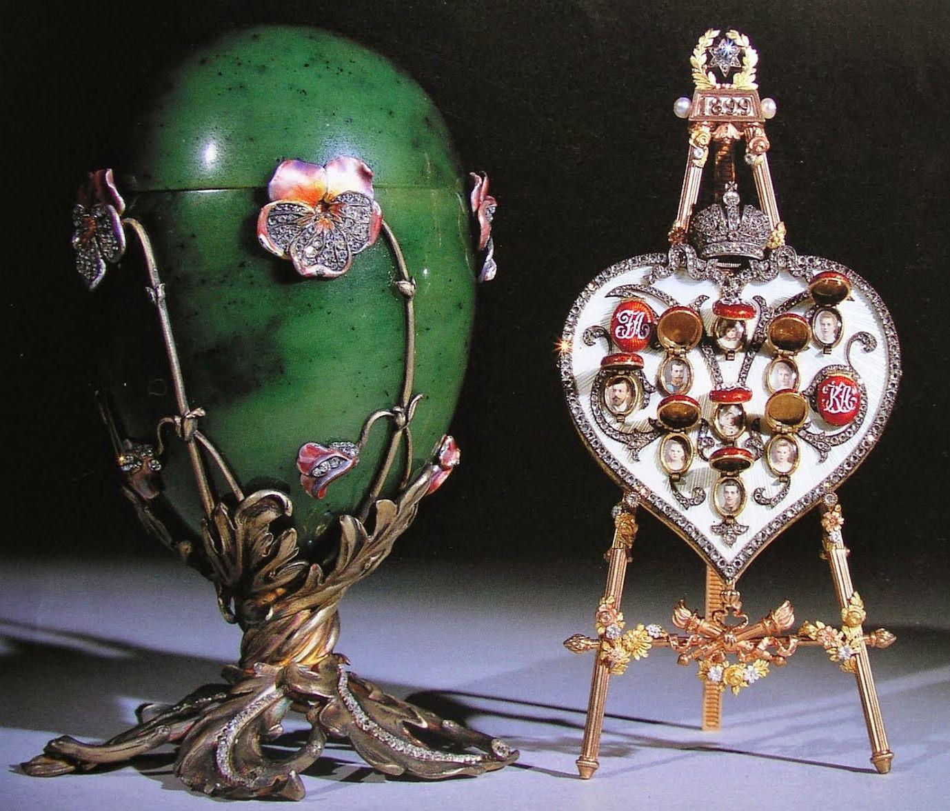 """19 (1899) Pansy egg. Jade, goud, diamanten, parels en email. De surprise is een hart op een """"ezeltje"""", 11 medaillons met afbeeldingen van de Keizerlijke familie achter geëmailleerd gouden dekseltjes."""