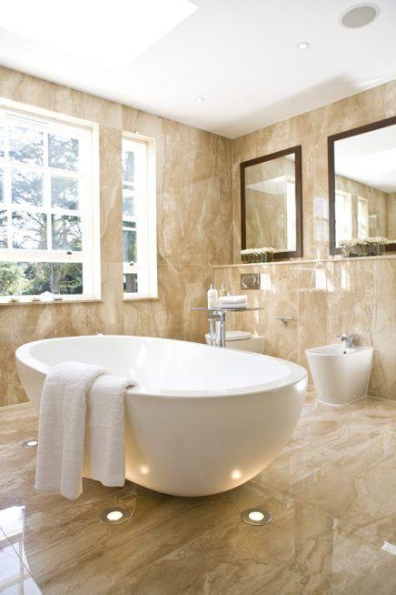Marmeren badkamer met spots en Swarovski | Amazing bathrooms ...