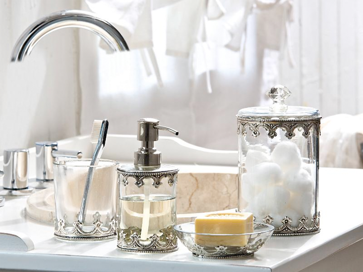 Clear glass and silver bathroom accessories for a romantic for Silver bathroom set