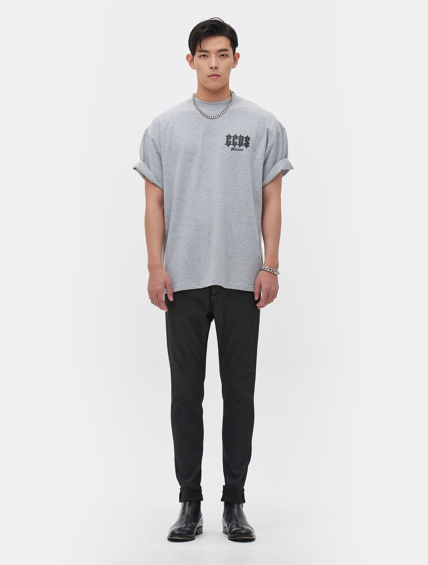[GCDS] God Tour Short Sleeved T-Shirt (Men). This is a graphic t-shirt of street wear brand which has GCDS's unique printing and attractive embroidery details. This designed t-shirt emphasized GCDS's unique graphic artwork on the backside.
