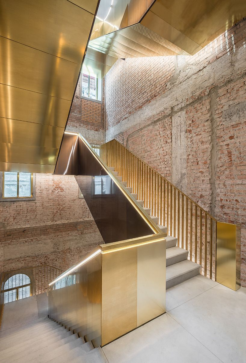 Oma restore the fondaco dei tedeschi building in venice for Modern stairs tiles design building work latest technology