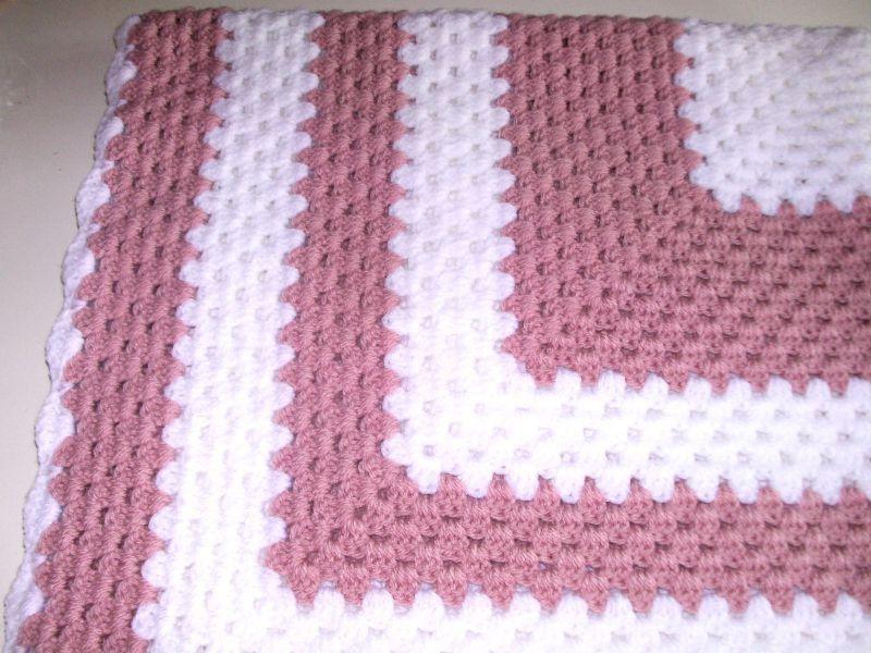 couverture b b au crochet blanc et rose pu riculture par les milles merveilles isa. Black Bedroom Furniture Sets. Home Design Ideas