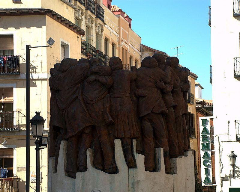 Juan Genovés, pintor español. Quizás su obra más conocida sea 'El Abrazo', a partir de la cual se hizo el monumento a los mártires de Atocha, abogados asesinados por fascistas. El cuadro lo hizo para Amnistía Internacional, y ello le causó el ser detenido por la policía de Franco.
