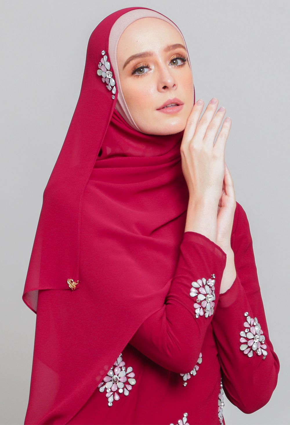 Warna Jilbab Untuk Baju Merah Hati