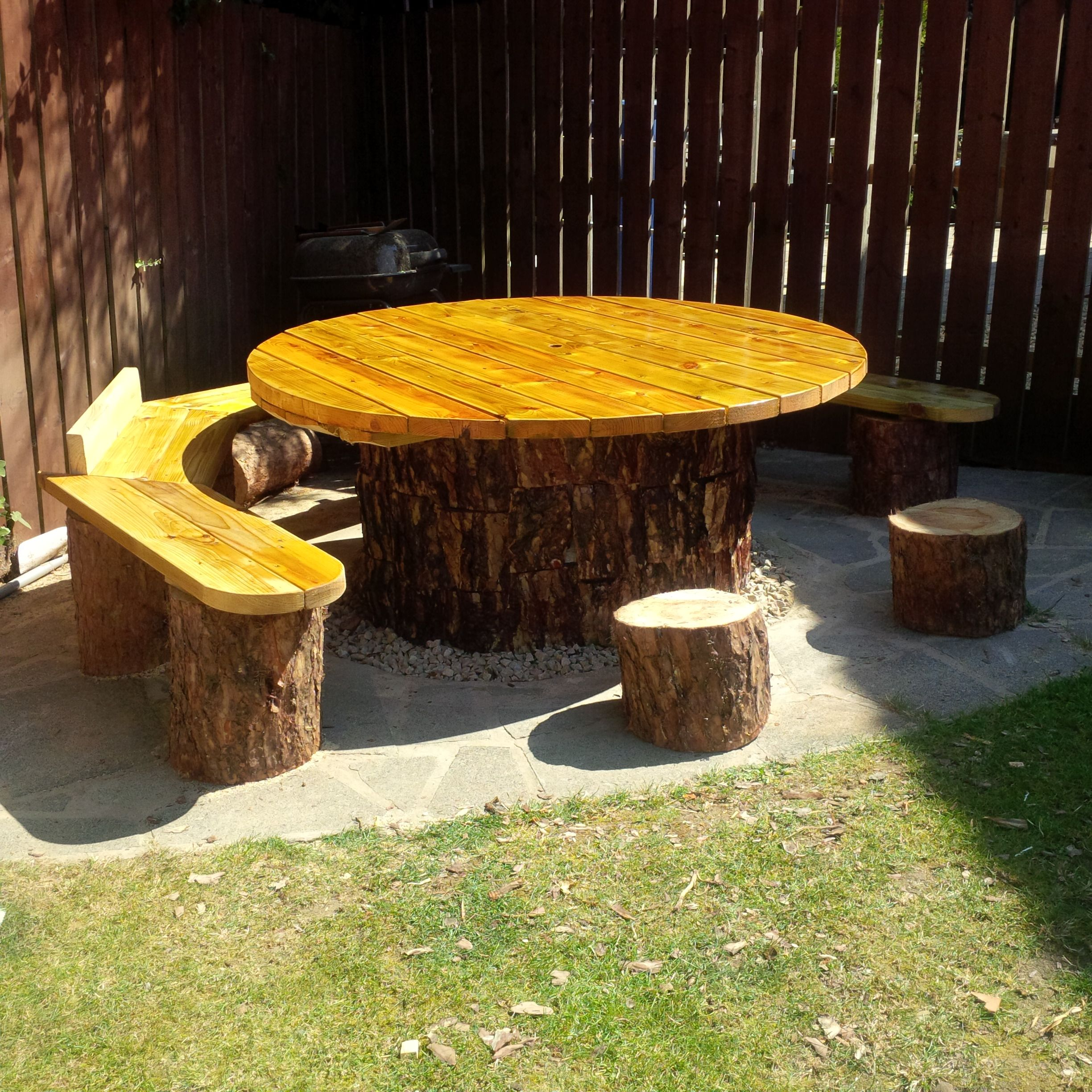 Diy Log Table Table Made With Concrete Cylinder And Tree Bark