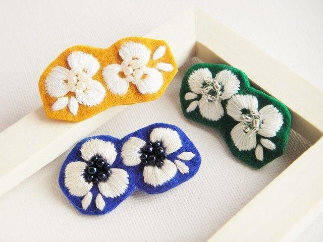 ハンドメイドマーケット+minne(ミンネ)|+白いお花ブローチ