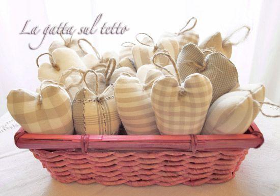 La gatta sul tetto: Decorazioni natalizie: cuori di stoffa imbottiti http://www.lagattasultettomilano.com/2010/12/decorazioni-natalizie-cuori-di-stoffa.html