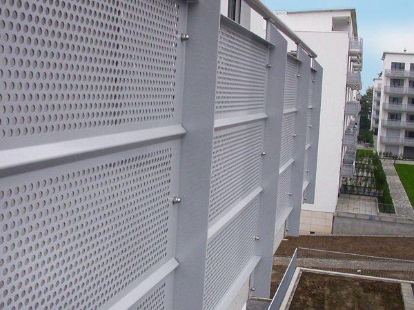 balkon gel nderf llung aus lochblech daszki wej cia os ony pinterest. Black Bedroom Furniture Sets. Home Design Ideas