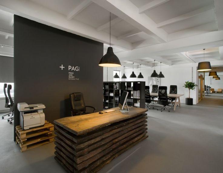 En el sector industrial del distrito Kraków's Zabłocie, la oficina central de la agencia Pride And Glory Interactive está situada en un edificio de una antigua fábrica de cables. Se trata de un espacio de oficinas moderno con el ambiente sentimental de una fábrica. Con 800m2, el espacio post-industrial fue todo un reto para Justyna Friedberg de Morpho Studio.