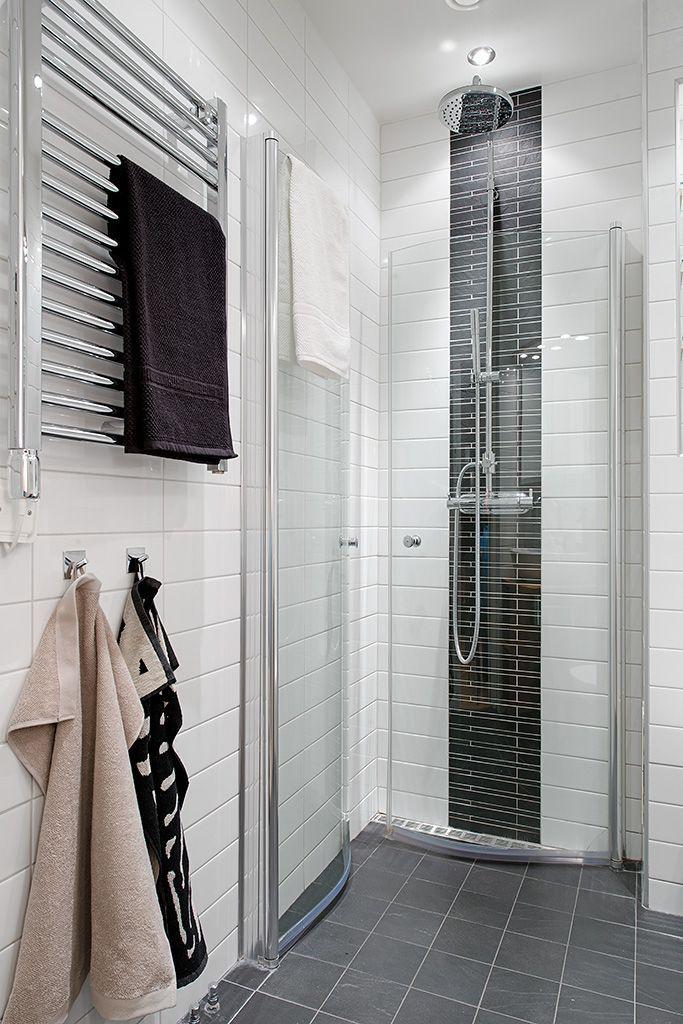 Bright Scandinavian Apartment With Cream Walls And Two Balconies Badgestaltung Skandinavisch Wohnung Kleine Badezimmer