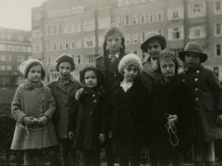 Left to right Sanne Ledermann, Hanneli Goslar, two unknown girls, Anne and Margot Frank, two unknown girls in Amsterdam.