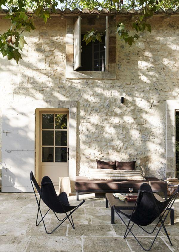 visite d co maison proven ale dans une ancienne ferme du xvii fauteuil papillon maison. Black Bedroom Furniture Sets. Home Design Ideas