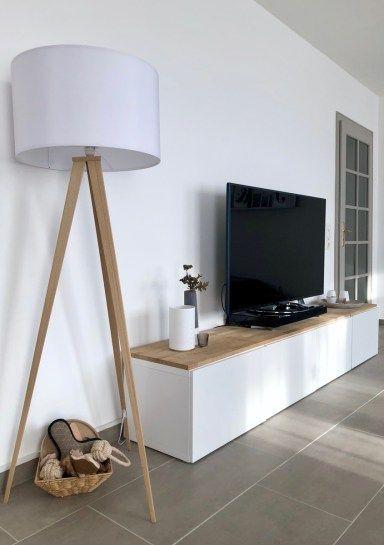 Photo of Holzlampe mit weißem Schirm / TV-Board / Wohnzimmerschrank / Unser Wohnzimmer /  Wohnzimmereinrichtung in grau, weiß und Holz mit schlichten Particulars / skandinavischer Stil