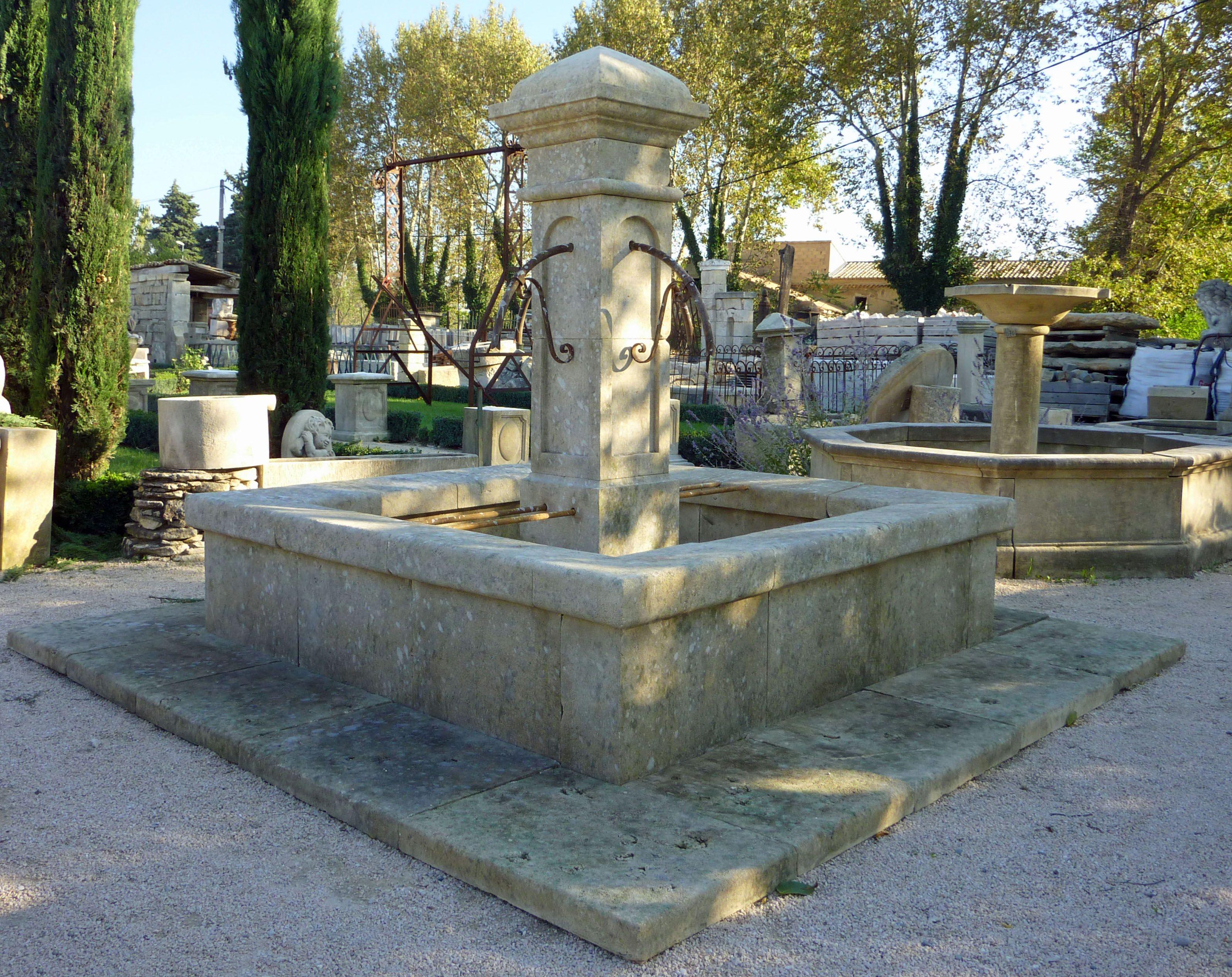 Belle fontaine centrale en pierre d\'Avy, pierre naturelle extraite ...