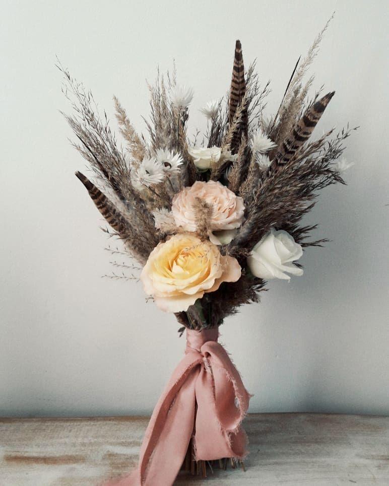Bukiet Slubny W Stylu Boho Wykonany Glownie Z Suchych Traw Z Dodatkiem Pior Flowers Floral Flower Power