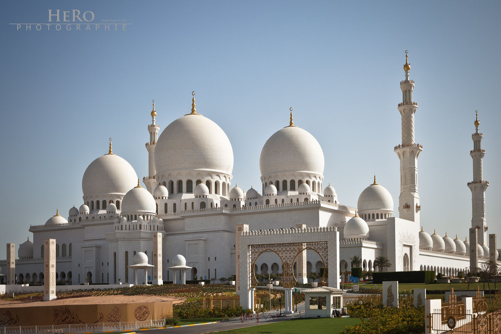 Canon EOS 5D Mark II, EF16-35mm f/2.8L II USM, 35mm - f/6.3 - 1/320 - ISO-100 ==================== Sheikh Zayed Grand Mosque - this architectural work of art is one the world's largest mosques, with a capacity for an astonishing 41,000 worshippers. It features 82 domes, over a 1,000 columns, 24 carat gold gilded chandeliers and the world's largest hand knotted carpet. The ...