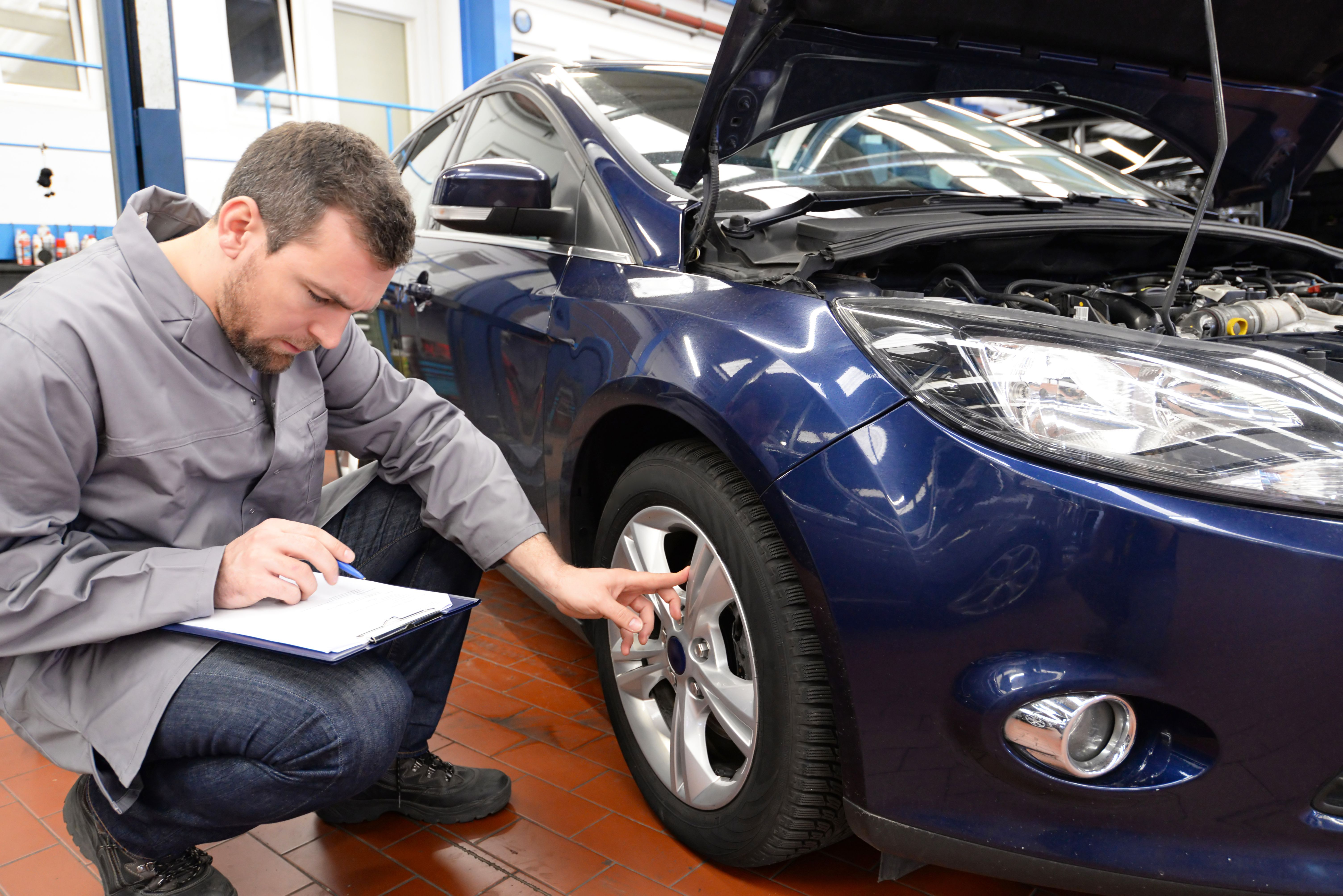 Inspektion Gutachter Berprft Fahrzeug In Autowerkstatt Car Home