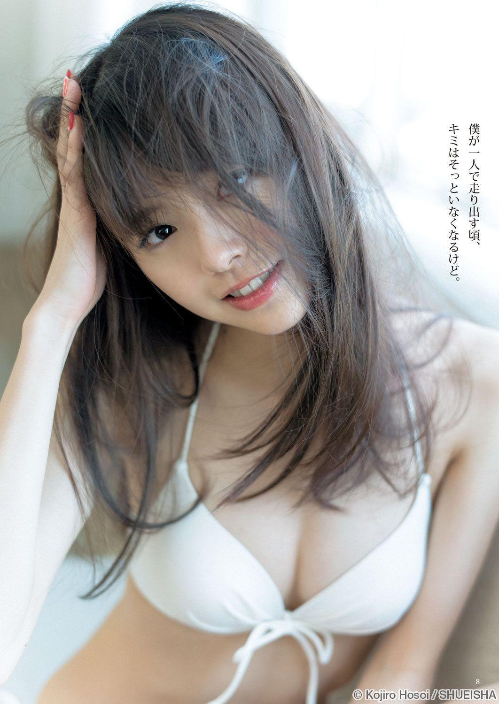 鈴木優華さんのランジェリー姿