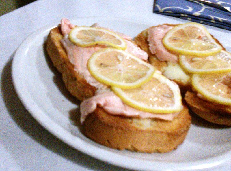 Crostini al salmone marinato
