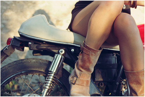 Des jambes de filles sur un #custom, ça fait toujours son petit effet