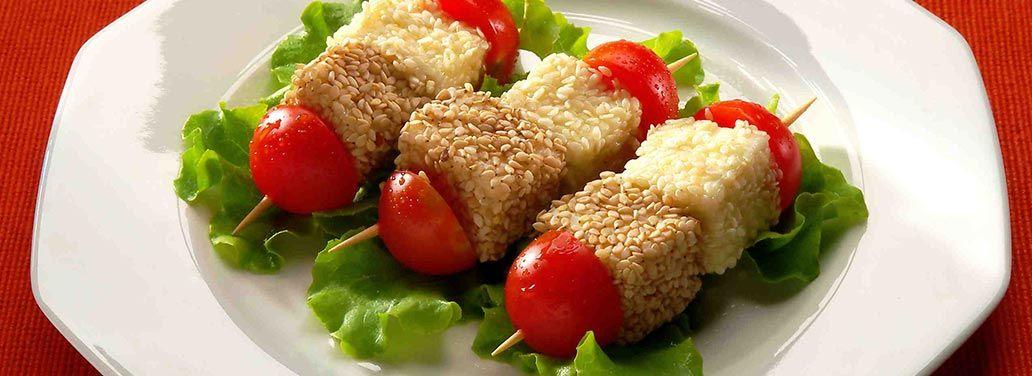Salva Cremasco al sesamo, Spiedini vegetariani realizzati con cubetti di Salva Cremasco avvolti in semi di sesamo croccante