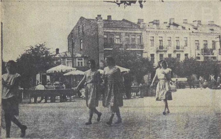 Rok 1960 i ten sam plac, obok ratusza. Nie ma na nim jeszcze fontanny, tylko stoliki kawiarniane a nad nimi rozpięte parasole