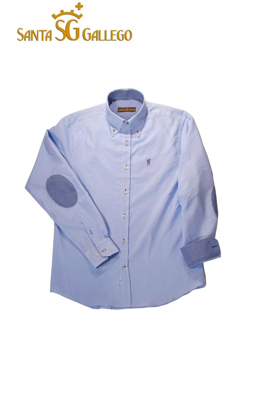 Camisa hombre celeste con codera, interior puño y cuello en cuadro vichy azul marino, botón cosido en aspa y ojal marino, logo marino con bandera española Santa Gallego