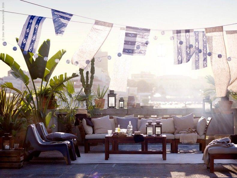 Med några soffmoduler, mjuka vackra textilier, en generös grill och lite förvaring förvandlas takterrassen till en mysig lounge. ÄPPLARÖ/HÅLLÖ 4-sits soffa med fotpall, IKEA PS VÅGÖ fåtölj och ÄPPLARÖ bänk.
