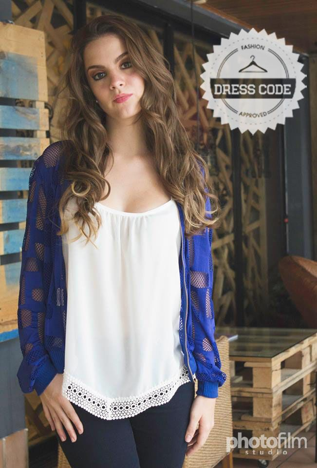 Chumpa azul calada con ziper + blusa blanca de orilla guipur!   Pedidos por medio de inbox o al 47620153/42120798!