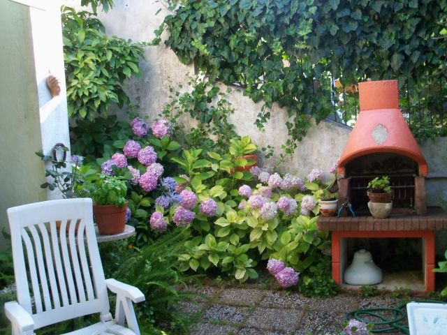 kleingarten gestalten terrasse hortensien gartengrill | Haus ...