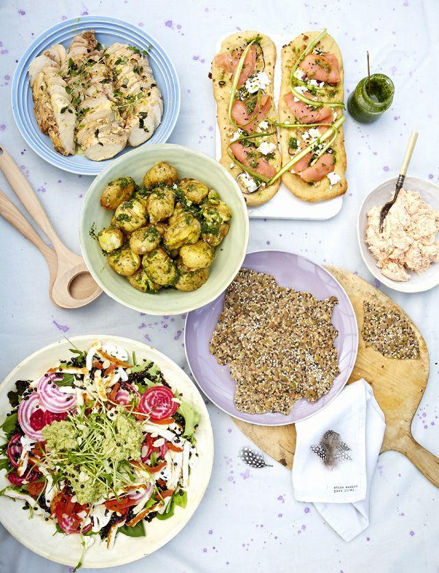 Pääsiäisen noutopöytä on lastattu parsakeitolla, värikkäällä linssisalaatilla, sitruuna-timjamikanalla. Kokkaa helpot ruoat, koristele yrteillä ja nauti ruhtinaallisesti.