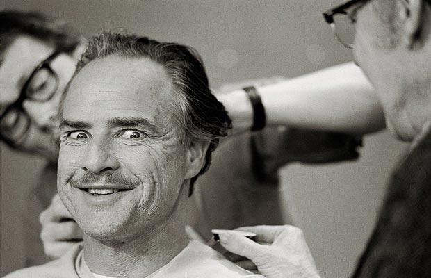 Marlon Brando dandolo todo mientras recibe los ajustes de Dick Smith para transformarse en Vito Corleone