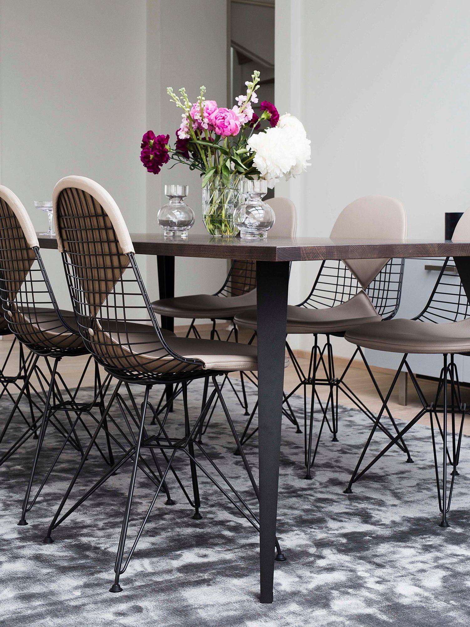 Stoler, Eames Wire Chair DKR2 svart med sandfarget skinn