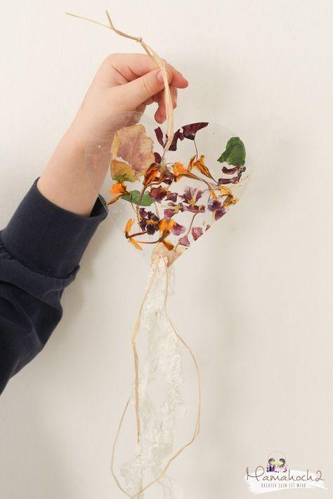 für Kinder: Fensterbilder aus Frühblühern basteln ⋆ Mamahoch2 #herbstdekobastelnnaturmaterialien