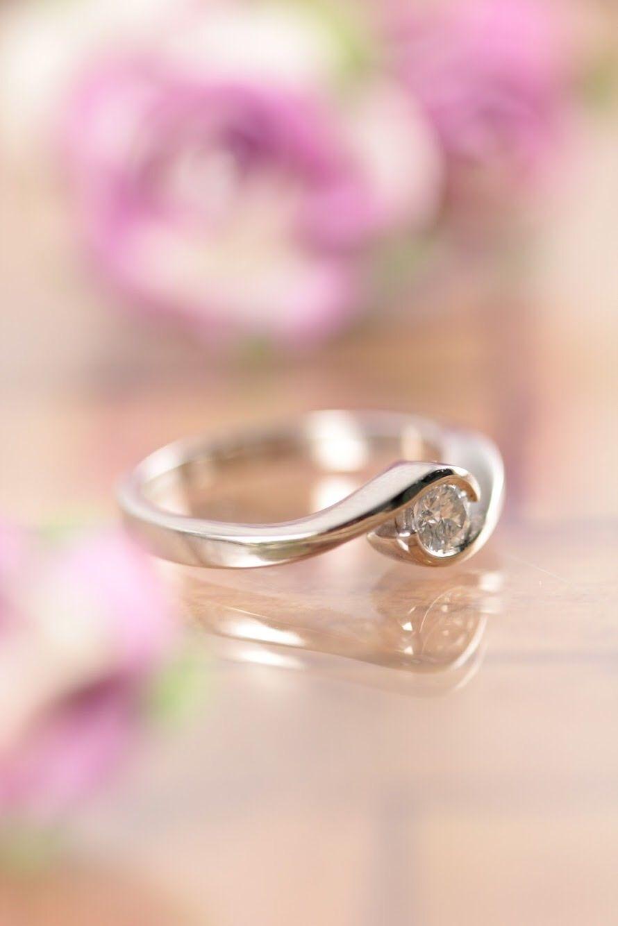 Anillo de compromiso fabricado en oro blanco con un hermoso diamante ...