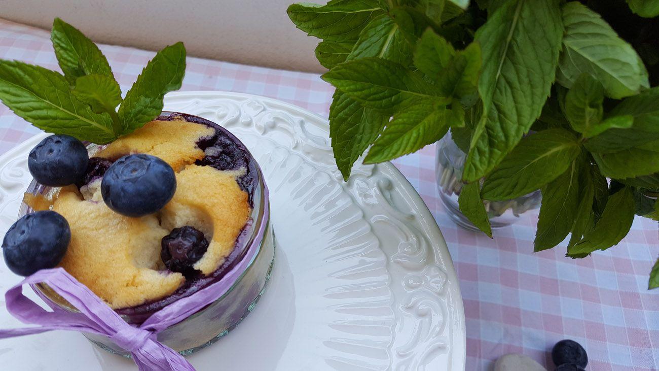 Blaubeer-Joghurt-Küchlein im Glas Die Tage werden endlich heißer, aber deswegen auf Kuchen verzichten? - Niemals! Hier habt ihr das perfekte Paar für den Frühling: Blaubeeren und Joghurt. Und dazu noch so wunderbar portioniert im Glas, die werden bis zum letzten Krümel ausgekratzt - versprochen! www.fräulein-juli.de