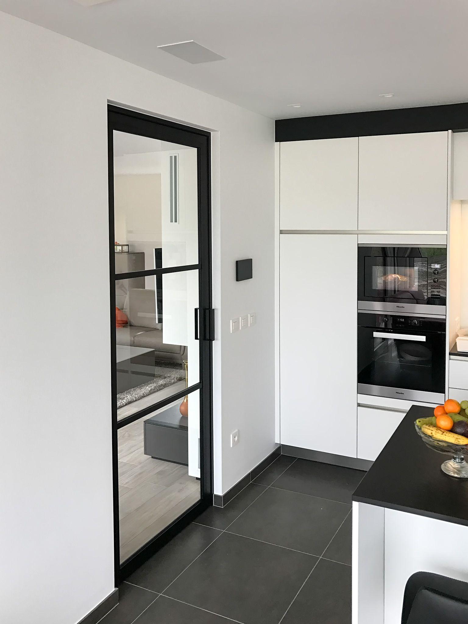 Moderne stalen deur tussen keuken en woonkamer  inkomhal