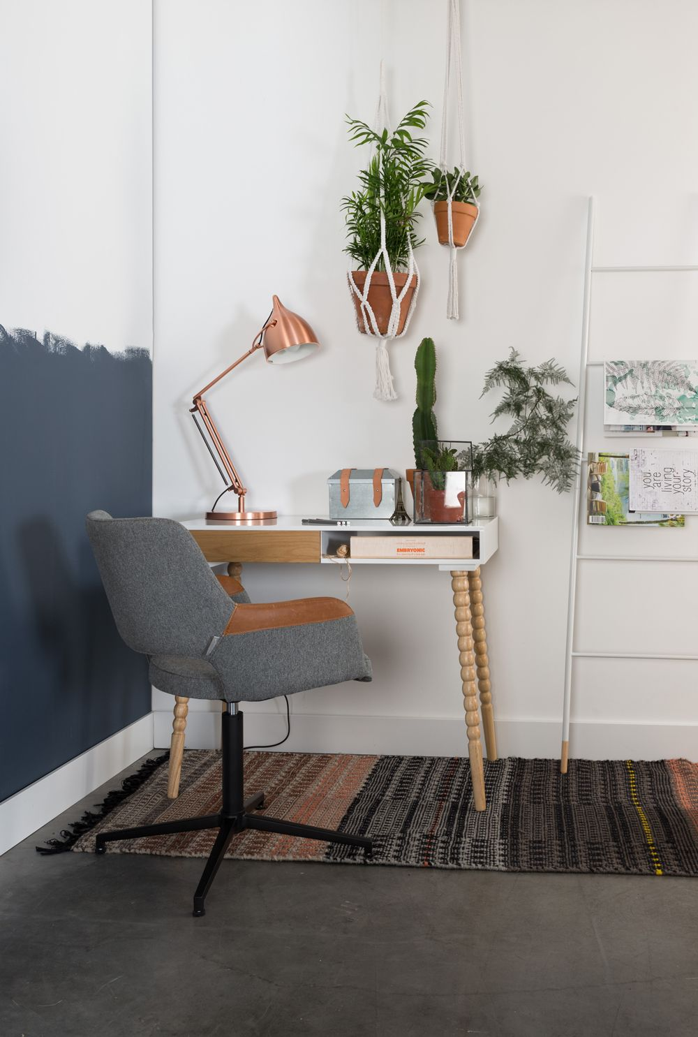 Zuiver Bureau En Stoel  Boer Staphorst | #stoel #vloerkleed #planten  #decoratie