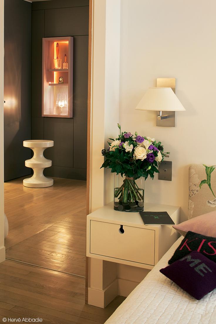 une table de nuit suspendue pour ranger ses effets. Black Bedroom Furniture Sets. Home Design Ideas