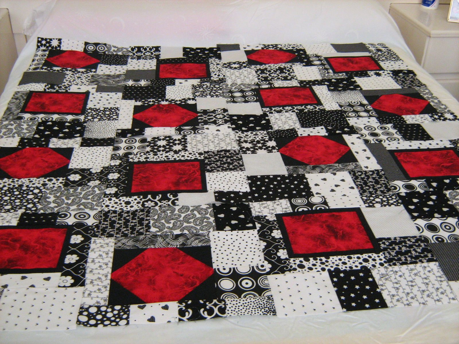 Thread Black White And Red Quilt She Posted A Drawing Of The Blocks Used In Layout But Didn T Have Pattern Turned Out Quite Well