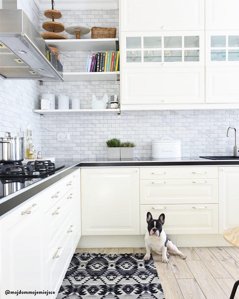 Una cucina grande e luminosa con tantissimo spazio per utensili ...