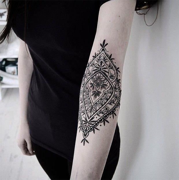 Les tatouages ornementaux occupent une place importante dans le tatouage d'aujourd'hui. Finesse et détail sont les maîtres mots. Univers floral, dentelle,